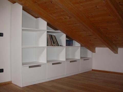 Libreria su misura con vani a giorno cassettoni estraibili. Finitura ...